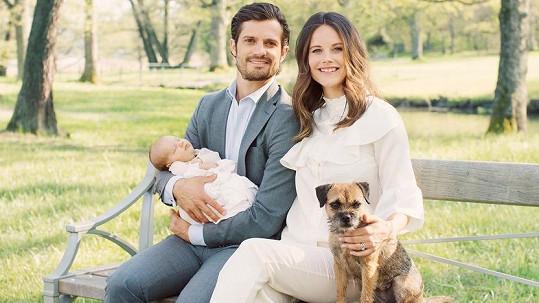 Novopečení rodiče princ Karel Filip se Sofiou, jejich synem Alexanderem a fenkou Siri