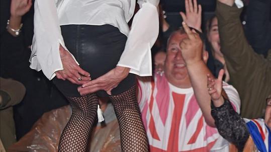 Mikrofon v kalhotkách v přímém přenosu, to se může stát jen Janice Dickinson...