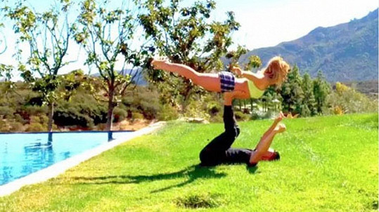 Britney Spears jde jóga s partnerem skvěle.