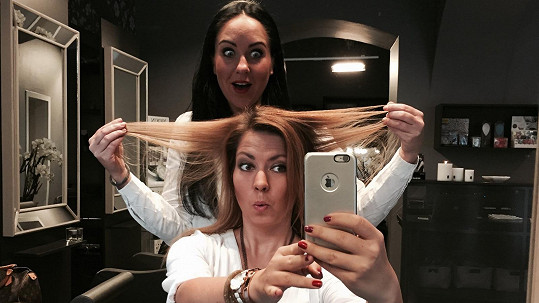 I Bára Hlaváčková musela navštívit vlasového plastického chirurga a nechat zasáhnout jednu z největších odbornic na ozdravení vlasů.