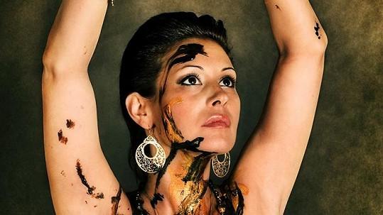 Adéla Taş je nebezpečně krásná.