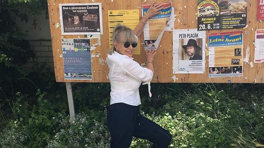 Jana Švandová zve fanoušky na Letní hraní. V okolí své chalupy vyvěsila plakáty.