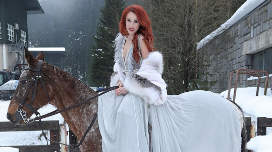 Lenka Vacvalová se fotila jako Popelka.