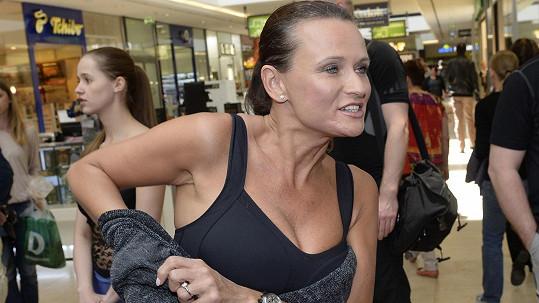 Jana Adamcová ukázala přírodní šestky jen ve sportovní podprsence.