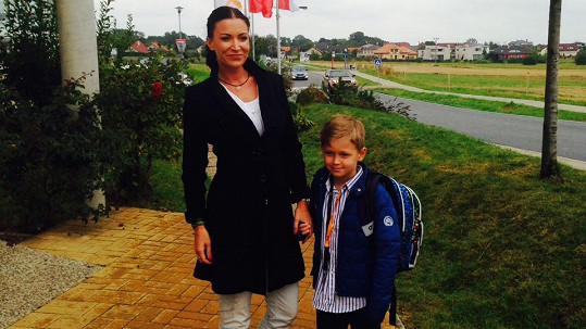 Pyšná máma vede do školy svého syna.