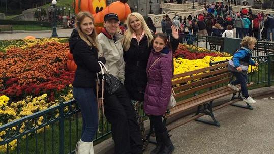 Celá rodina je v Disneylandu