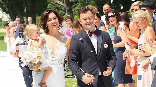 Jiří Hudler a Hana Chymčáková s dcerou Annou na oficiální svatební fotce