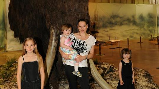 Bára Kodetová se třemi dcerami.