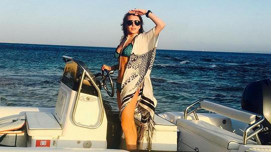 Lindsay Lohan se obklopila přáteli a vyrazila na Sardinii.