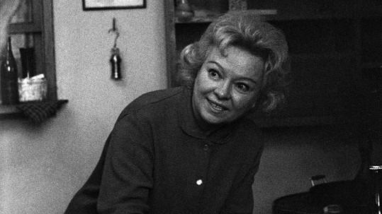 Věra Ferbasová v šedesátých letech, kdy se začala vracet k herectví. Brzy přišla o dům i manžela a skončila úplně sama.