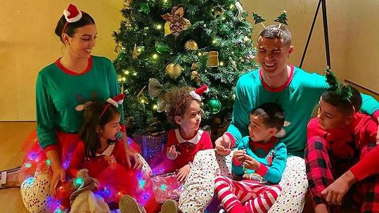 Skvělý vánoční snímek Cristiana Ronalda s rodinou