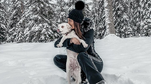 Nikol se svojí psí fenkou Lilly