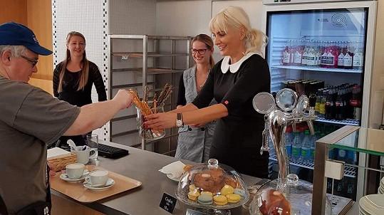 Bára chodí vypomáhat do kavárny a bistra.