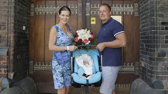Šťastná rodinka opustila porodnici včera...
