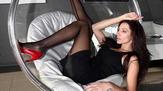 Olga Lounová provětrala v novém klipu své nožky.