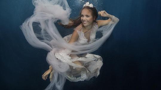 Pod vodou Lucie Vondráčková zapomněla na své trable.