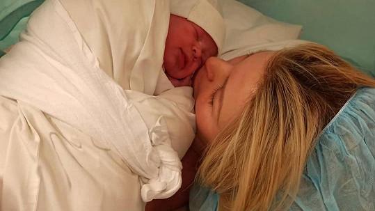Lela Ceterová porodila dceru.