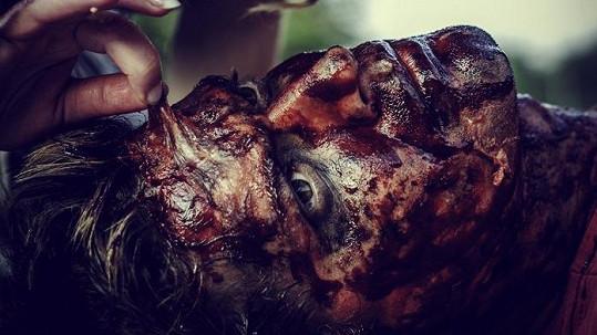 Víte, čí je ta tvář plná krve a modřin?