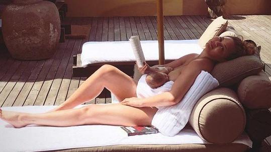 Chrissy Teigen má ve zvyku sdílet intimní fotografie.