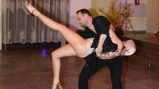 Marek Dědík s přítelkyní Terezou ve víru tance...