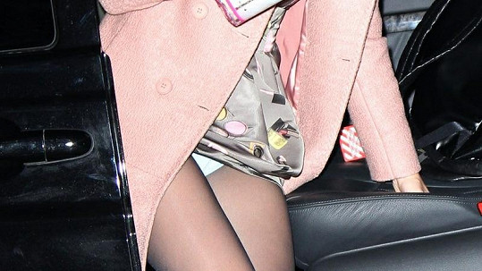Katy Perry si přes silonky bere kalhotky.