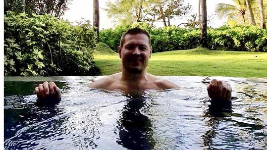 Petr Jákl zdraví z bazénu v Portoriku