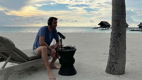 Leoš Mareš pracuje z pláže.