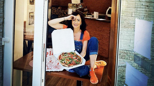 Daniela Šinkorová začala sama péct pizzu.