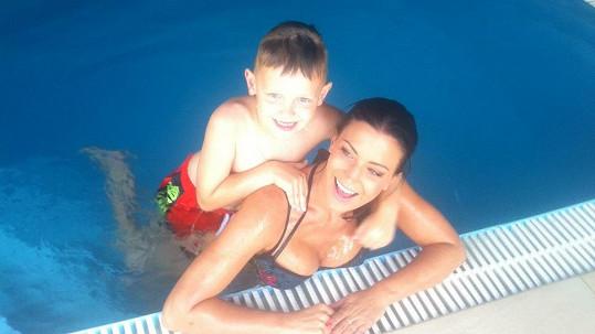 Gábina s Kristianem v bazénu