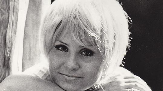 Jitka Zelenková jako blondýna v paruce. Psal se rok 1971.