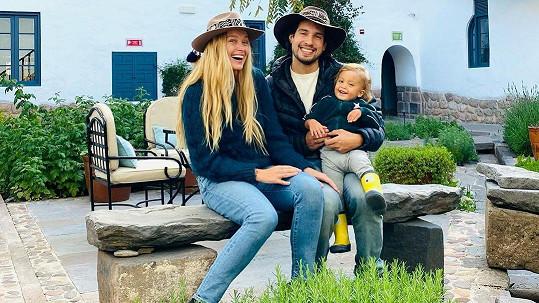 Se synem a manželem odcestovala do Peru.