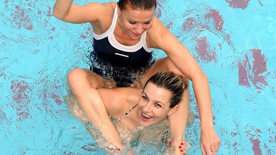 Monika Marešová a Yvetta Blanarovičová v bazénu