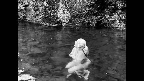 Relax v exotice: Vendula Pizingerová hupsla nahá do ledovévody