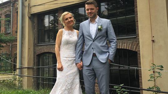Moderátorka Karol Hošek se vdala.