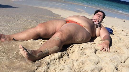 Paní Věra pro sebe zabrala téměř celou pláž.