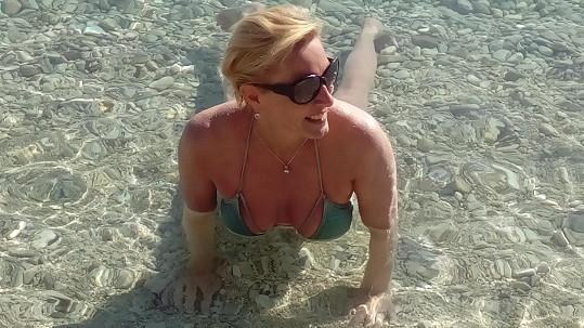 Voda byla prý ještě studená, Renata však osvěžení neodolala.