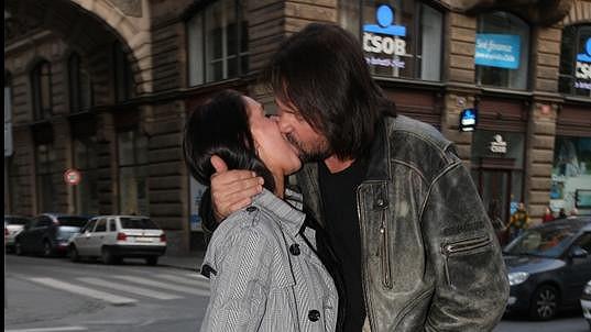 Jiří Pomeje vášnivě políbil svou novou lásku.