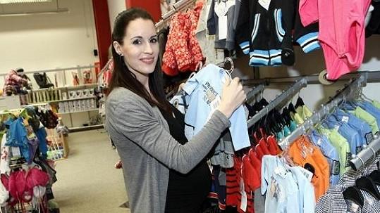 Lucie už vybírá oblečky pro chlapečka.