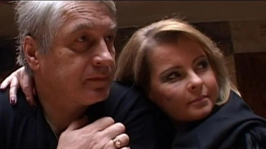 Josef Rychtář a Iveta Bartošová jsou v domě, který obývá manželka Darina.