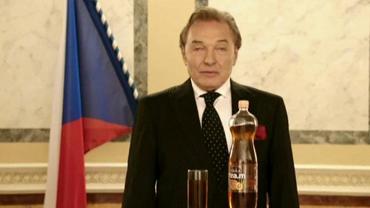 Karel Gott si prezidenta zahrál v reklamě na ledový čaj.