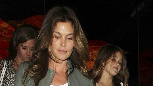 Cindy Crawford odchází z dcerou Kaiou Jordan z večeře.