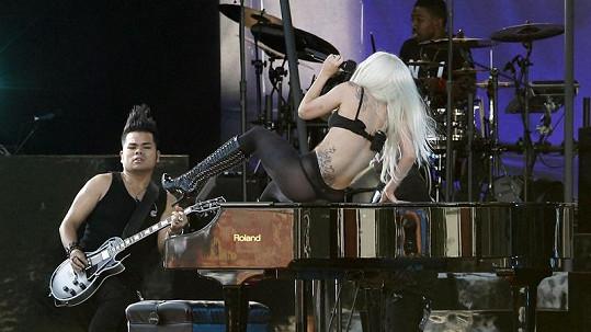 Spoře oděná Lady Gaga to pořádně rozjela i na klavíru.