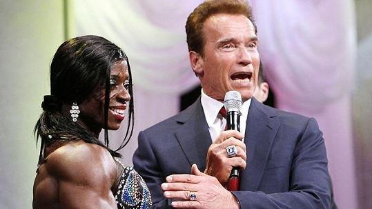 Arnold byl ze svalů Američanky také trochu v křeči.