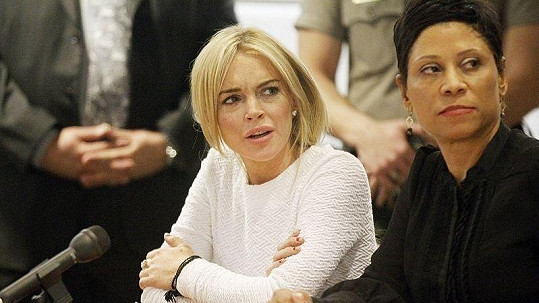 Lindsay Lohanová během svého zatím posledního soudu se svou právničkou.