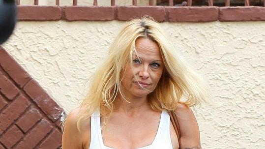 Pamela Anderson u tanečního studia v Los Angeles.
