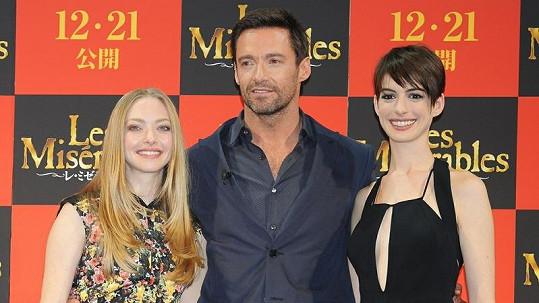 Amanda Seyfried, Hugh Jackman a Anne Hathaway.