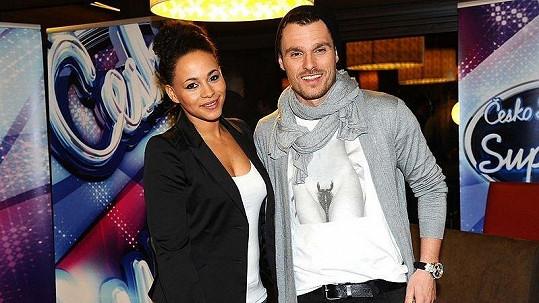 Moderátor Leoš Mareš opět šokoval extravagantním modelem. Slovenka Tina byla vedle Leoše jako šedá myš.