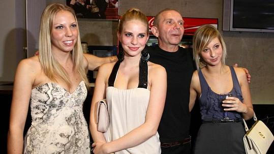 Miroslav Vladyka s třemi blondýnkami.