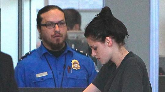 Neupravená Kristen Stewart na francouzském letišti.