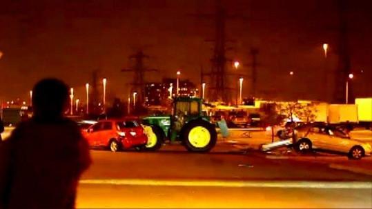 BEZ KOMENTÁŘE: Traktor bez řidiče zdemoloval na parkovišti auta i přilehlý obchod